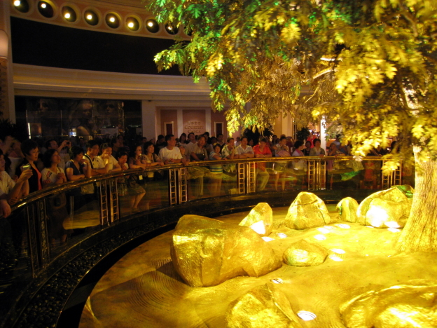 Wynn_Macau_Tree_of_Prosperity_Showing